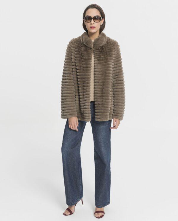 Abrigo de conejo rex Beaver Line gris claro en horizontal y cuello tirilla para mujer marca Marcelo Rinaldi