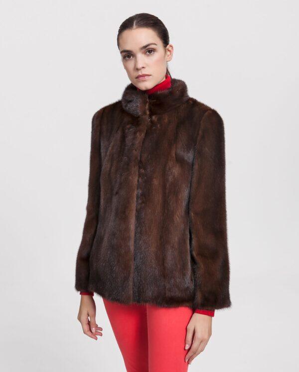 Chaquetón de pelo de visón marrón para mujer con cuello de chimenea y cierre con clip marca De La Roca Alta Costura en Peletería