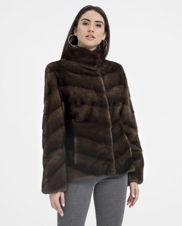 Chaqueta de visón marrón para mujer diseñado con trabajo en diagonal y cuello levantado marca De la Roca