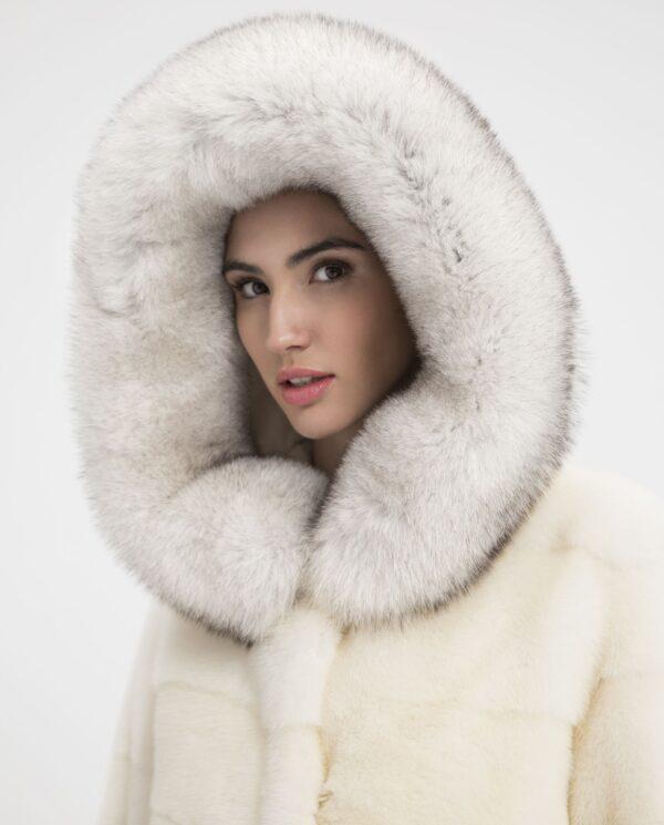 Abrigo de visón blanco con capucha de zorro Saga Furs marca De la Roca