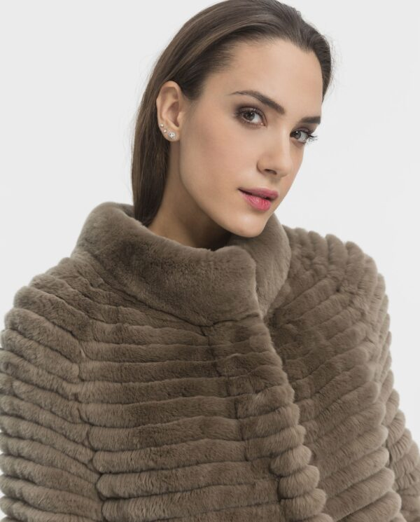 Abrigo de conejo rex Beaver Line gris claro en horizontal y cuello tirilla para mujer marca Marcelo Rinaldi rex gris claro en horizontal y cuello tirilla