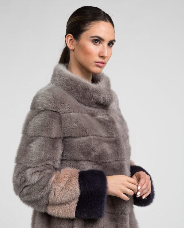 Abrigo corto de pelo de visón para mujer en color blue silver natural y cenefas en el bajo y bocamangas en color rosa y azul marca De la Roca