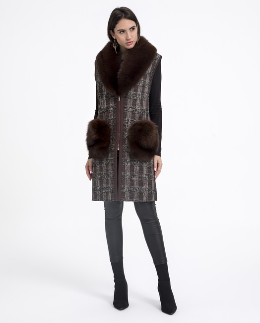 Chaleco de mujer combinado con cuello y bolsillos de pelo de zorro con tejido textilen color marrón marca De la Roca