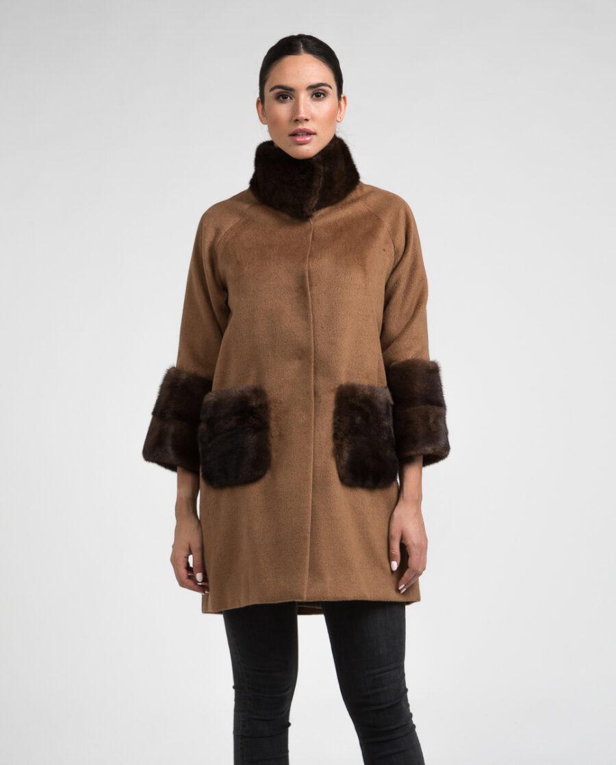 Abrigo de mujer en tejido cashmere liso con detalles de pelo de visón