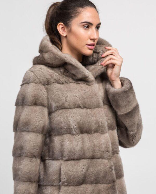Abrigo gris corto de pelo de visón con capucha para mujer marca De la Roca trabajado con lomos horizontales