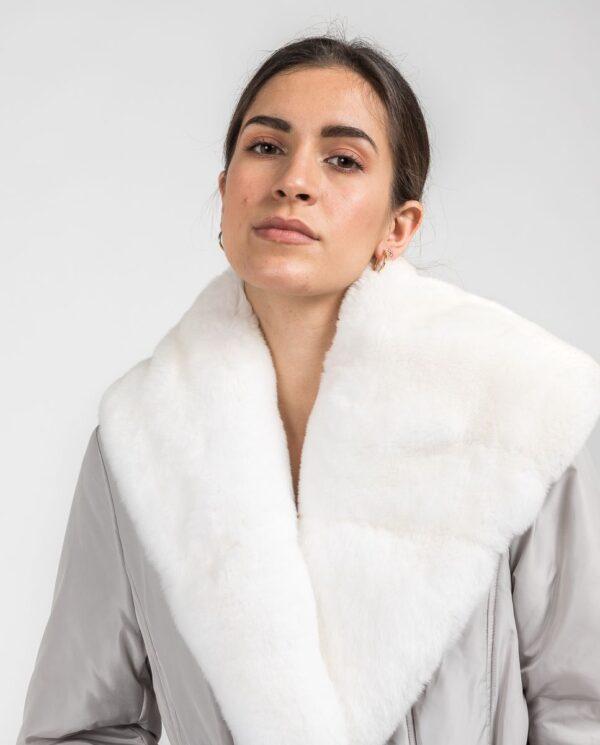 Abrigo blanco de pelo de rex rasado con gabardina marca De la Roca detalle cuello