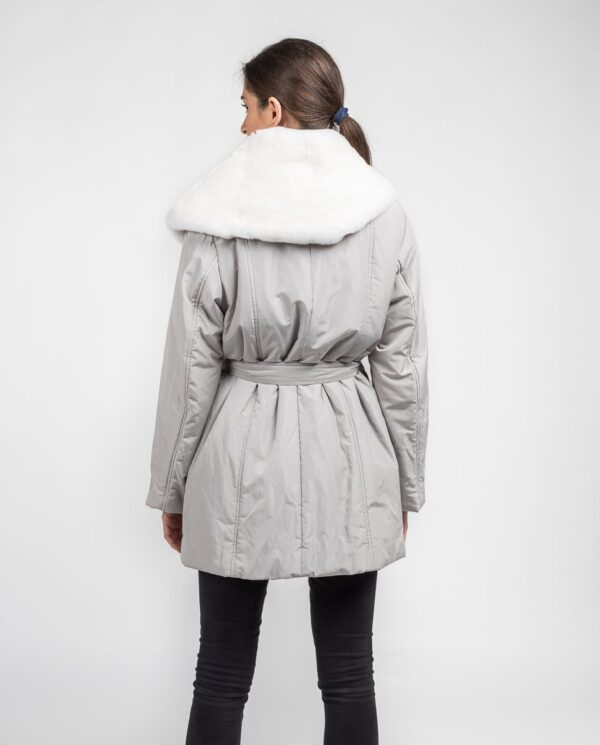 Abrigo blanco de pelo de rex rasado con gabardina marca De la Roca espalda